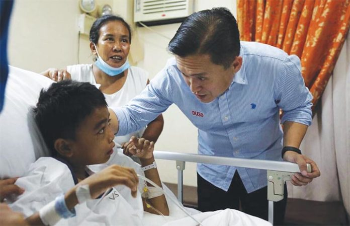 SAP Bong Go checks on a child confined in a public hospital.