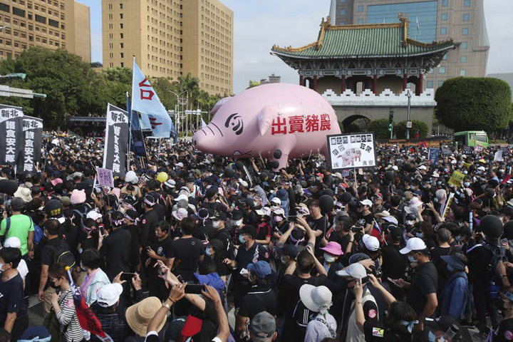 Thousands protest in Taiwan against pork imports from US
